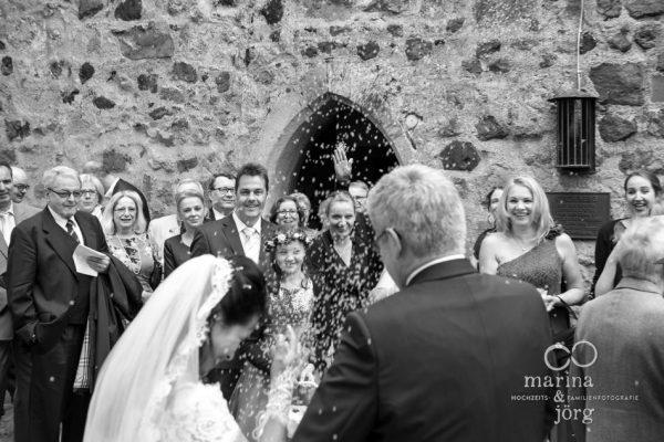 Marina und Jörg, Hochzeitsfotografen Gießen: Trauung in der Kirchberger Kirche bei Burg Staufenberg - Reiswerfen