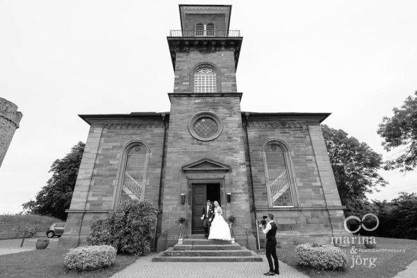 Marina und Joerg, Hochzeitsfotografen in Marburg: Auszug des Brautpaares aus der Kirche Wittelsberg bei Marburg