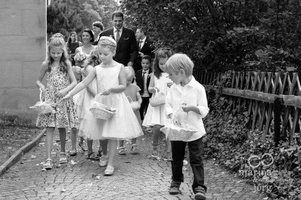 Marina und Joerg, Hochzeitsfotografen Giessen: Blumenkinder bei einer Hochzeit in der Marien-Kirche Wehrshausen