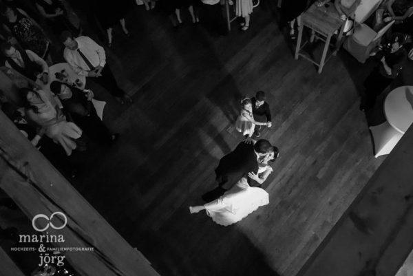 Marina und Joerg, Fotograf Giessen: Hochzeitstanz in der Eventscheune Dagobertshausen bei Marburg