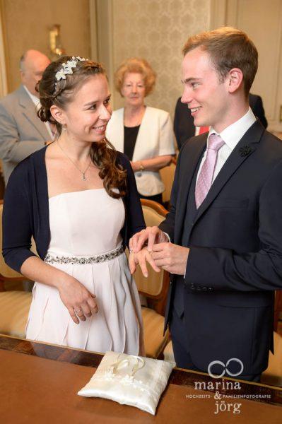 Marina und Joerg, Hochzeitsreportage Giessen: Ringtausch im Standesamt