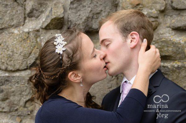 romantisches Hochzeitsfoto von einem Brautpaar auf Burg Gleiberg bei Giessen