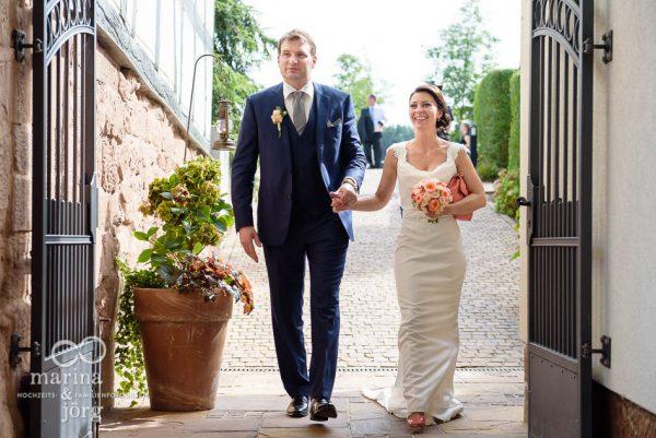 Marina und Joerg, Hochzeitsfotografen Giessen: Hochzeit in der Eventscheune Dagobertshausen bei Marburg - Ankunft von Braut und Braeutigam