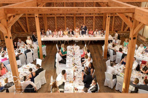 Marina und Joerg, Hochzeitsfotografen Giessen: Rede bei einer Hochzeit in der Eventscheune Dagobertshausen bei Marburg