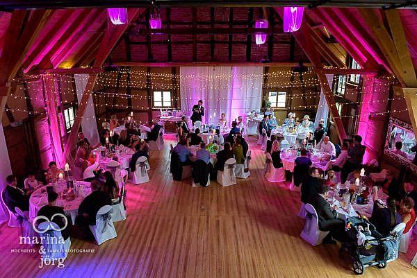 Marina und Jörg, als Hochzeitsfotografen in Laubach: Rede bei einer Hochzeit in der Eventscheune des Landhotels Waldhaus in Laubach