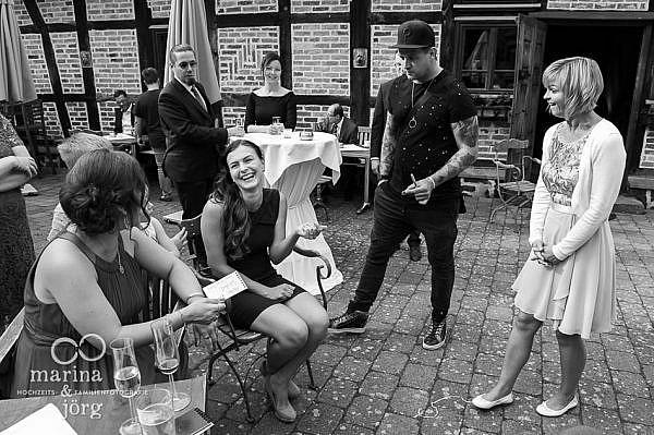 Close-Up Magier bei einer Hochzeit im Landhotel Waldhaus bei Laubach - Marina und Jörg, Hochzeitsfotografen für Gießen und Umgebung