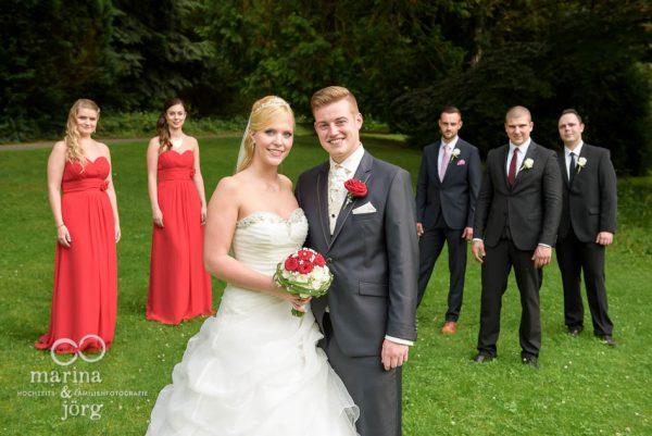 Hochzeit auf Schloss Rauischholzhausen bei Marburg: Gruppenbild mit dem Brautpaar