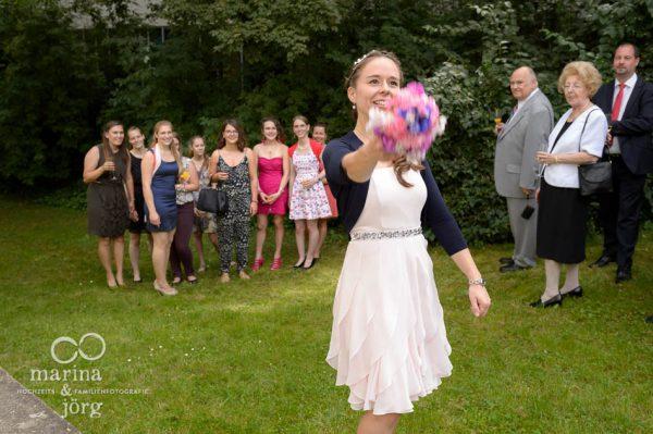 Marina und Joerg, Hochzeitsfotografen Giessen: Brautstrauss-Werfen