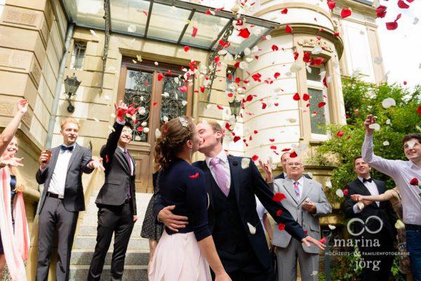 Marina und Joerg, Hochzeitsfotografen Giessen: Bluetenregen vor dem Standesamt