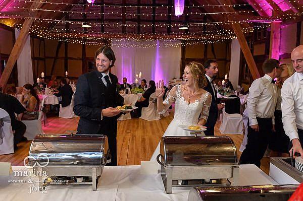 Hochzeitsfotos im Reportagestil: Momentaufnahme beim Buffet