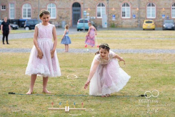 spielende Kinder bei einer Hochzeit im Schloss Butzbach bei Gießen - Marina & Jörg, Fotografen-Paar aus Gladenbach