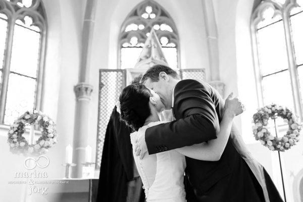 Hochzeitsfotos im Reportagestil: Hochzeit in der Marien-Kirche Wehrshausen bei Marburg