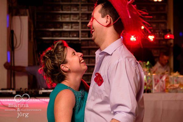 Marina und Joerg, Hochzeitsfotografen aus Giessen: lustige Momente eingefangen bei der Hochzeits-Party in der amboz Werk- und Eventhalle in Saeriswil (ganztaegige Hochzeitsreportage)