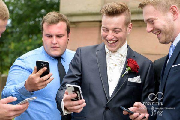 Marina und Joerg, Hochzeitsfotografen Giessen: Braeutigam im Pokemon-Fieber vor der Kirche