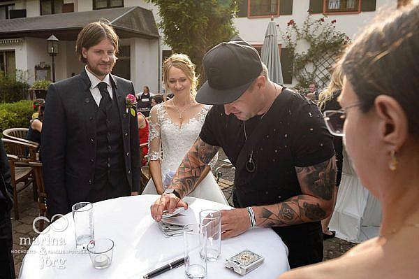Magier bei einer Hochzeit in der Eventscheune des Landhotel Waldhaus - eine Hochzeitsreportage erhält Erinnerungen lebendig