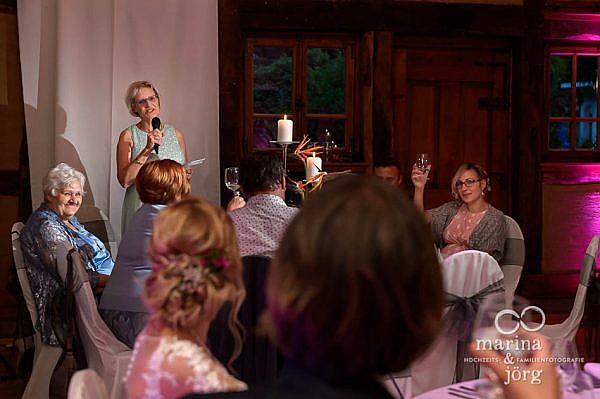 Marina und Jörg, moderne Hochzeitsreportage im Landhotel Waldhaus in Laubach: Rede der Eltern