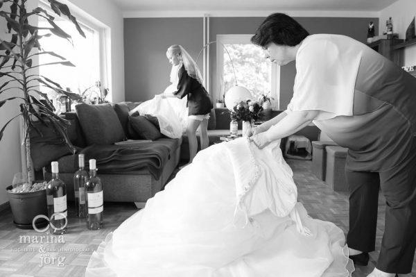 Hochzeitsreportage: Braut beim Anziehen des Hochzeitskleides