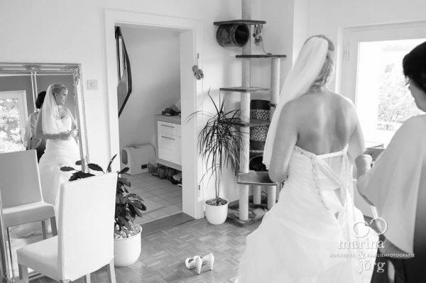 Marina und Joerg, Hochzeitsfotografen Giessen: Getting-Ready der Braut bei einer Hochzeitsreportage in Marburg