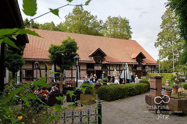 Marina und Jörg, Hochzeitsfotografen für Laubach: Eventscheune Blauer Löwe im Landhotel Waldhaus bei Laubach