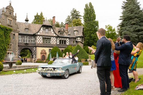 Marina und Joerg, Hochzeitsfotografen Giessen: im Hochzeitsauto zum Schloss Rauischholzhausen bei Marburg