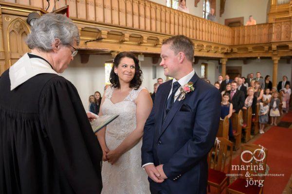 Marina & Jörg, Hochzeitsfotografen für eure Hochzeit in Gießen - Eheversprechen bei einer kirchlichen Trauung