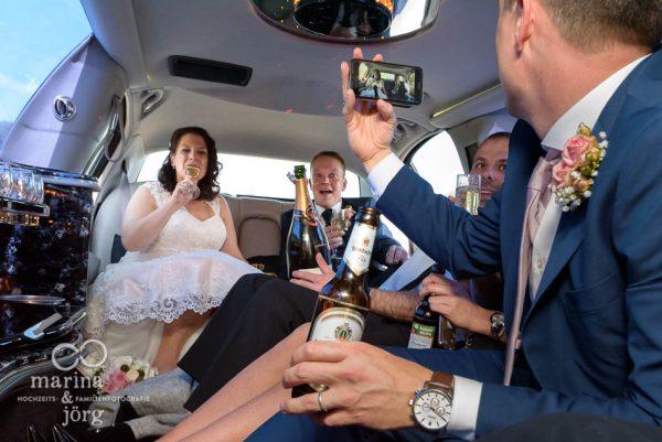 moderne Hochzeitsfotos im Reportagestil: mit der Limousine zur Hochzeitslocation in Butzbach