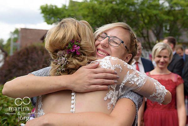 Marina und Jörg, Fotografen-Paar für Laubach: Hochzeitsfoto gratulierender Gäste