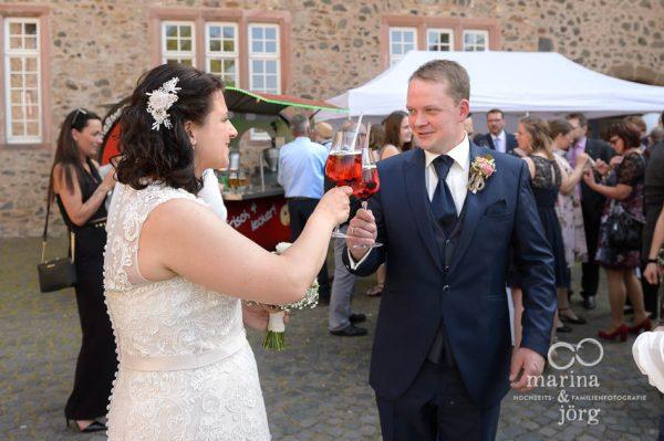 Hochzeitsreportage im Schloss Butzbach bei Gießen: Eindrücke beim Sektempfang nach der Trauung