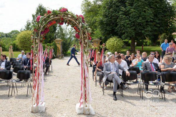 Bräutigam kurz vor seiner freien Trauung im Schloss Münchenwiler bei Bern: leicht hektisches Hin- und Herlaufen, letzte Vorbereitungen, freudige Aufregung - also alles normal.