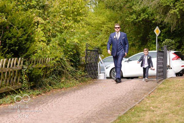 Marina und Joerg, Hochzeitsfotografen in Marburg: Ankunft des Braeutigams