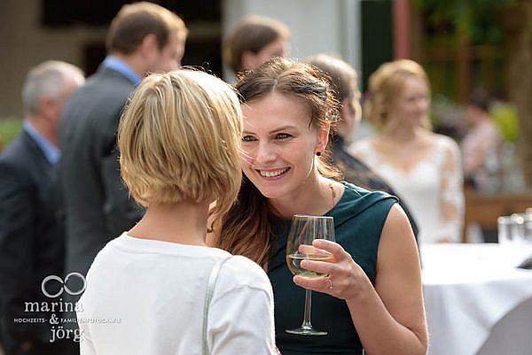Hochzeitsreportage in der Eventscheune des Landhotels Waldhaus in Laubach: Eindrücke beim Sektempfang