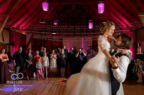 Als Hochzeitsfotografen in Laubach: romantischer Hochzeitstanz bei einer Hochzeitsfeier im Landhotel Waldhaus