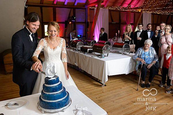 Marina und Jörg, die besten Hochzeitsfotografen für eure Hochzeit in Gießen und Umgebung: Anschneiden der Hochzeitstorte im Landhotel Waldhaus bei Laubach