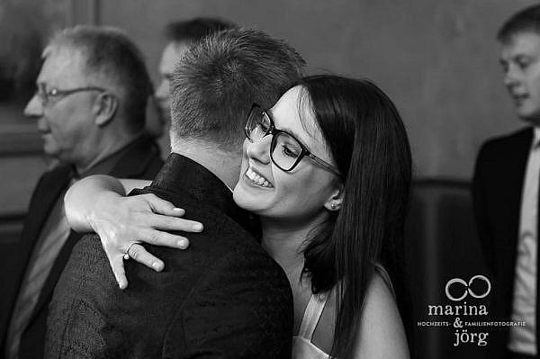 Marina und Jörg, Hochzeitsfotografen Gießen: Hochzeitsfoto gratulierender Gäste