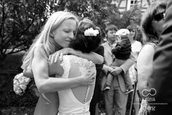 Marina und Joerg, Hochzeitsfotografen Giessen: Hochzeitsfoto gratulierender Gaeste