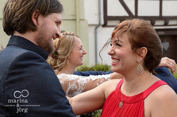 Marina und Jörg, Hochzeitsfotografen Laubach: Hochzeitsfoto gratulierender Gäste