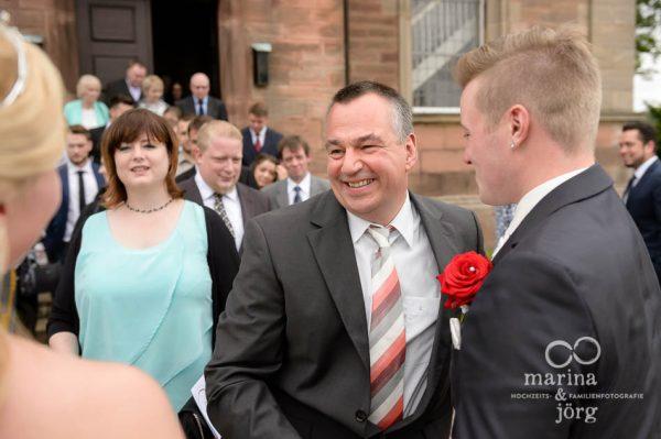 Hochzeitsreportage in Marburg: Gratulation der Gaeste vor der Kirche Wittelsberg
