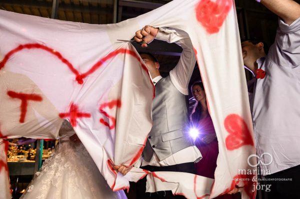 Hochzeitsfotograf Giessen: Hochzeitsreportage in der Naehe von Bern - Herz-Ausschneiden