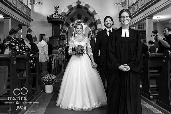 Marina und Jörg, Hochzeitsfotografen für Laubach - Auszug des Brautpaars nach der kirchlichen Trauung