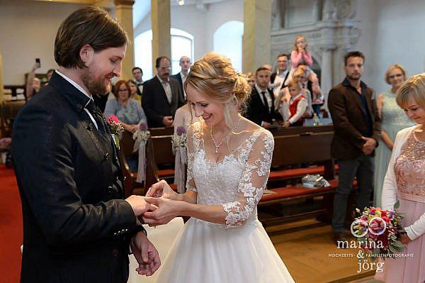 Hochzeitsreportage bei Gießen: Ringtausch bei der Hochzeit in der Stadtkirche in Laubach