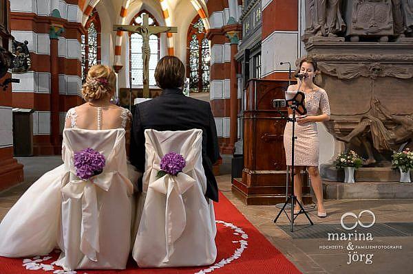 Marina und Jörg, Hochzeitsfotografen für Laubach - Sängerin bei einer kirchlichen Trauung