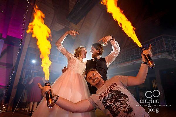 Geniale Hochzeitsparty in der Eventscheune im Landhotel Waldhaus in Laubach - Hochzeitsfotografen Marina & Jörg aus Gießen