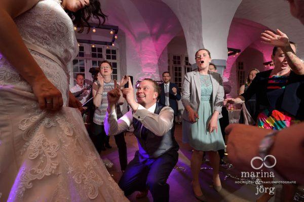 ausgelassene Hochzeitsparty bei einer Hochzeit im Schloss Butzbach - um die gut einzufangen ist ein professioneller Hochzeitsfotograf besonders wichtig