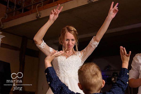 Hochzeitsfotograf Gießen: Auch mit den Kids kann man gut bei der Hochzeitsparty abtanzen - ganztägige Hochzeitsreportage