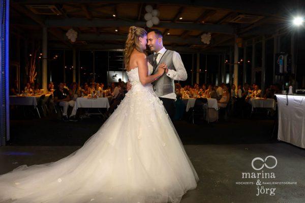 Marina und Joerg, Hochzeitsfotografen Giessen: Hochzeitstanz in der amboz Werk- und Eventhalle in Saeriswil
