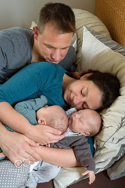 Homestory mit neugeborenen Zwillingen - natürliche Familienfotos entstehen ganz ungezwungen bei einer Familien-Homestory