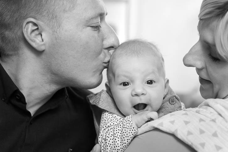 Homestory mit Neugeborenem - natürliche Familienfotos entstehen ganz ungezwungen bei einer Familien-Homestory