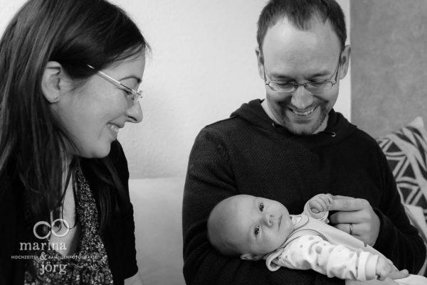 ungestelltes Neugeborenenfoto bei einer Homestory in der Nähe von Gießen