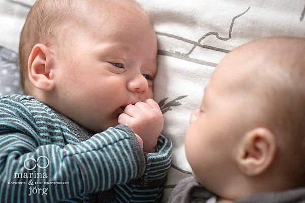 ungestellte Neugeborenenfotos von Zwillingen - Homestory in der Nähe von Wetzlar
