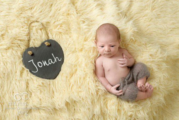 Marina & Jörg, Kinder-Fotografen Gießen - Babygalerie Gießen: zauberhaftes Neugeborenenfoto bei einer Familie zu Hause